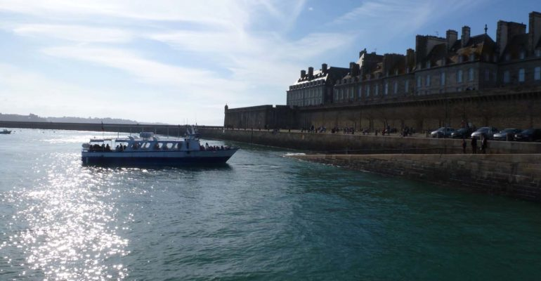 Navette maritime arrivant à Saint Malo La Côte d'Émeraude et ses terres à vélo Abicyclette Voyages