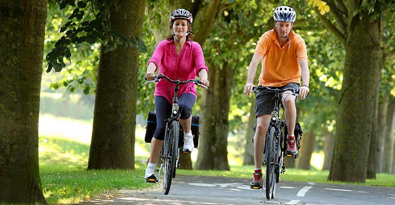 Couple à vélo sur une véloroute Bayeux et la Côte de Nacre Abicyclette Voyages à vélo