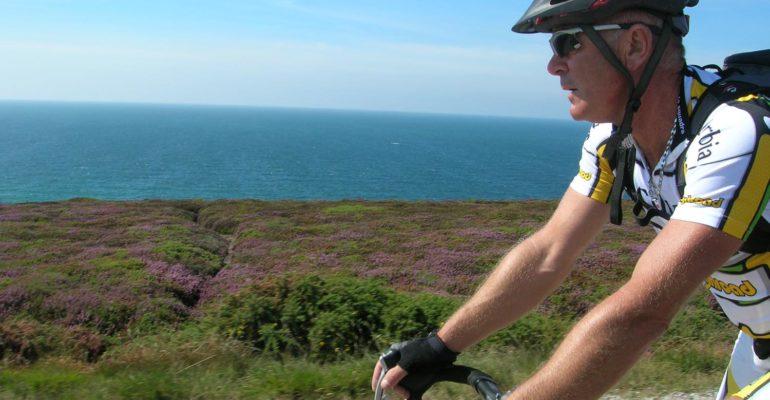 Cycliste devant l'océan Grande Traversée à vélo de la Bretagne nord Abicyclette Voyages