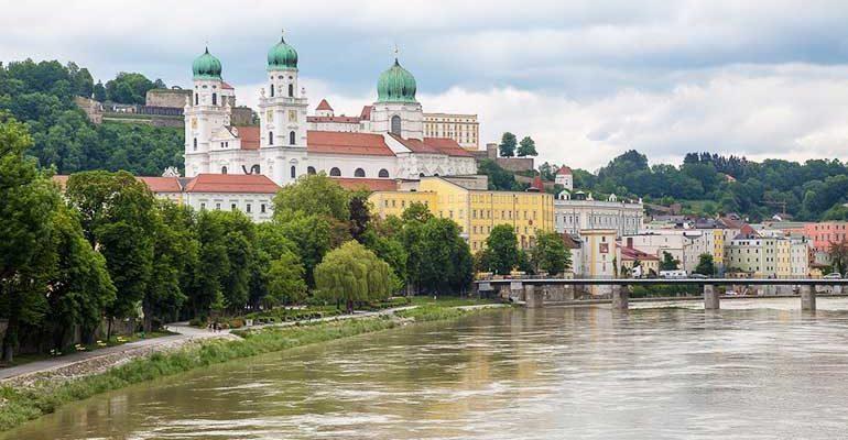 Eglise au bord du fleuve Le Danube de Passau à Vienne