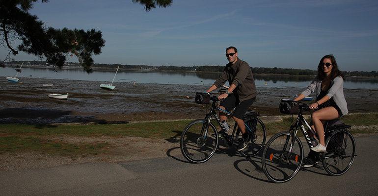 Couple à vélo roule le long du Golfe du Morbihan