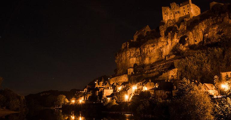 Vue de Beynac le nuit depuis la rivière Balade à vélo périgourdine Abicyclette Voyages à vélo