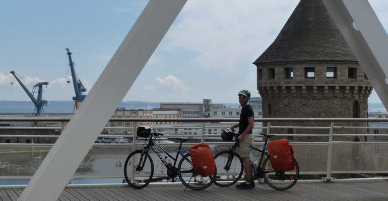 Cycliste pose devant le port de Brest La Bretagne de port en port à vélo Abicyclette Voyages