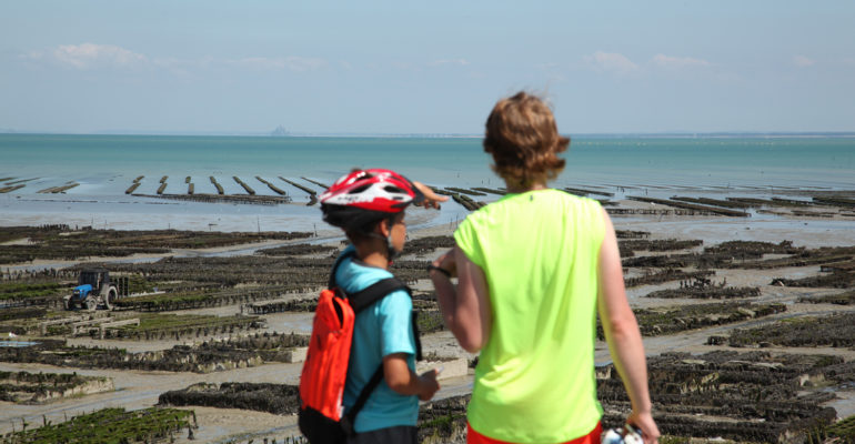 22 cyclistes devant la mer et parc à huîtres Abicyclette Voyages à vélo