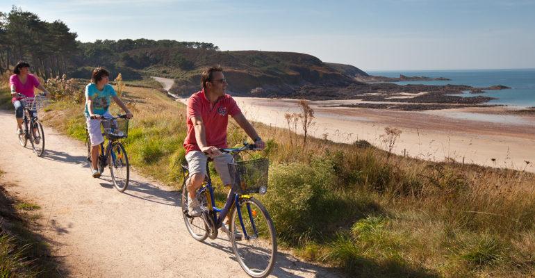 Cyclistes longent la mer La Côte d'Émeraude et ses terres à vélo