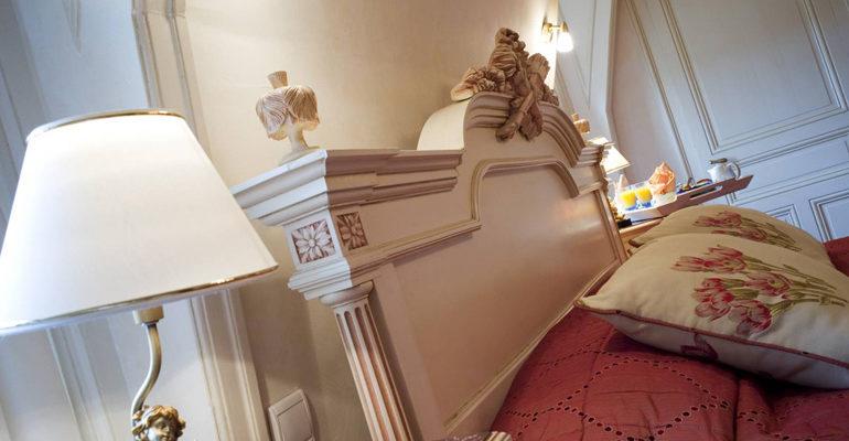 Détail d'une chambre tête de lit et lampe de chevet Chateau de Beaulieu à à Joué lès Tours Abicyclette Voyages à vélo