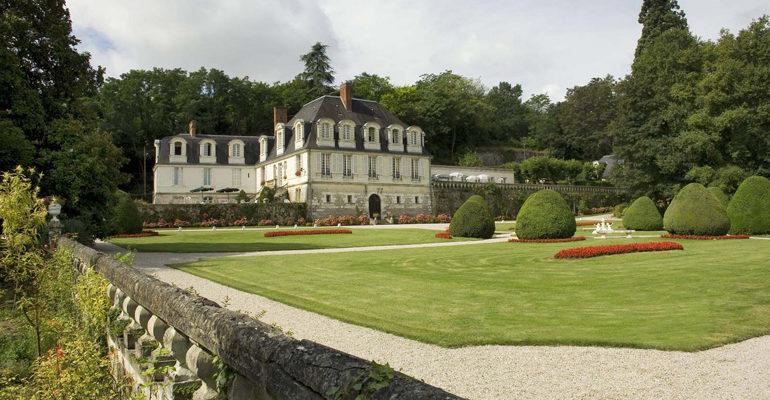 Vue du château depuis le parc Chateau de Beaulieu à à Joué lès Tours Abicyclette Voyages à vélo