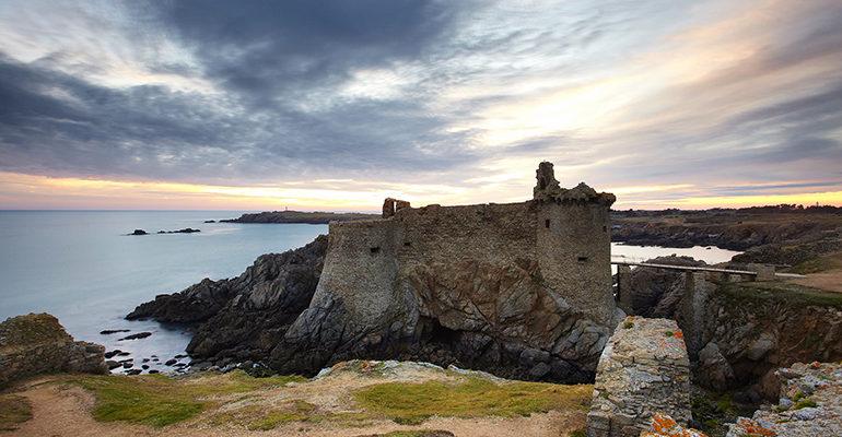 Ruine de château sur la côte île d'yeu