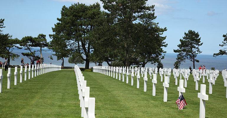 Croix blanches alignées dans le cimetière américain de Colleville Bayeux et la Côte de Nacre Abicyclette Voyages à vélo