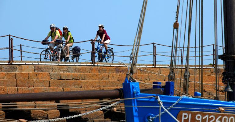 Cycliste sur une jetée Le Tour de Manche à vélo Abicyclette Voyages