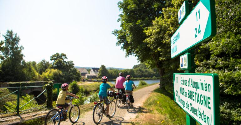 Panneaux d'indication pour cyclistes Le Canal de Nantes à Brest à vélo Abicyclette Voyages