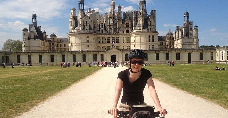 Femme sur son vélo devant le chateau de Chambord La Vallée des rois de Blois à Tours Abicyclette Voyages à vélo