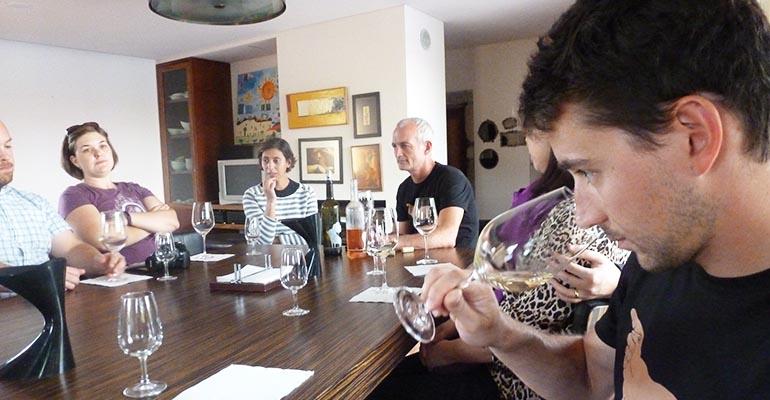 Groupe pendant atelier degustation de tourais La vallée du Douro vélo