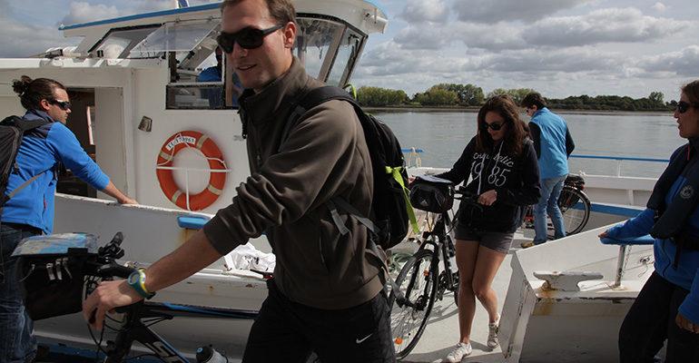 Groupe de cyclistes quittant un bateau avec leurs vélos Le Tour du Golfe du Morbihan