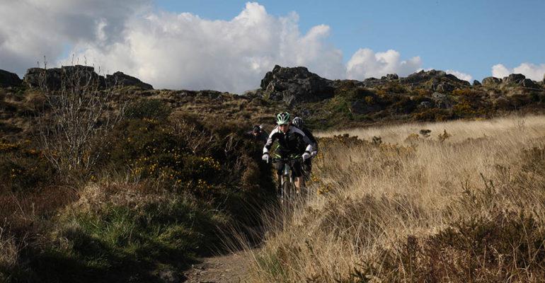 Hommes à VTT dans une descente VTT A l'assaut des Monts d'Arrée Abicyclette Voyages à vélo