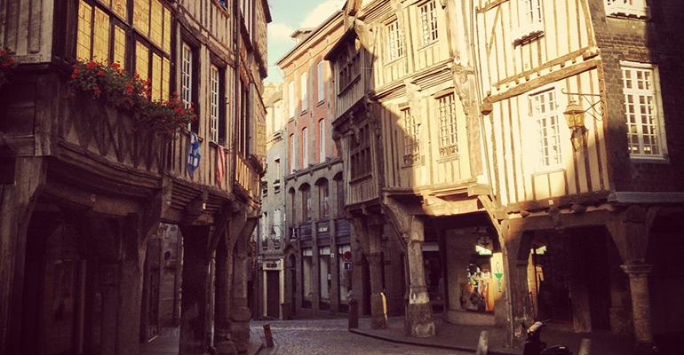 Vieille ville médiévale de Dinan La Côte d'Émeraude et ses terres à vélo Abicyclette Voyages
