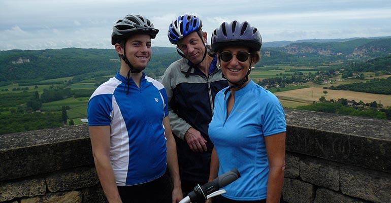 Famille posant devant un panorama du Perigord Abicyclette Voyages à vélo