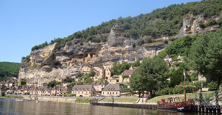Vue de Beynac depuis la rivière Balade à vélo périgourdine