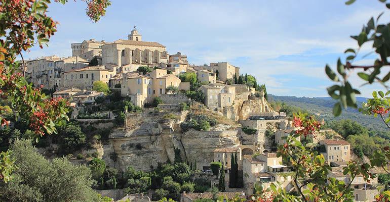 Vue du village de Gordes Le petit tour du Luberon Abicyclette Voyages à vélo