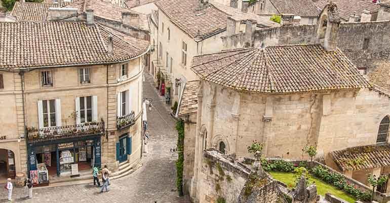 Vue aérienne des ruelles de Saint Emilion Abicyclette Voyages à vélo