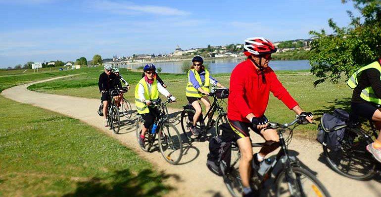 Groupe de cyclistes le long de la Loire à vélo Le pays des châteaux à vélo Abicyclette Voyages
