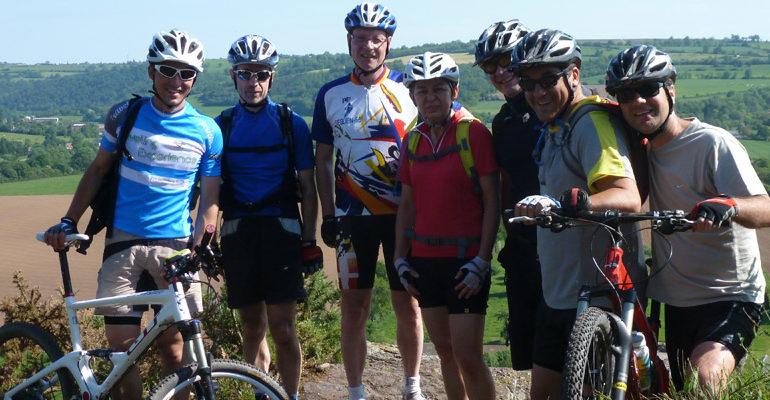 Groupe de cyclistes VTT en Suisse Normande Abicyclette Voyages à vélo