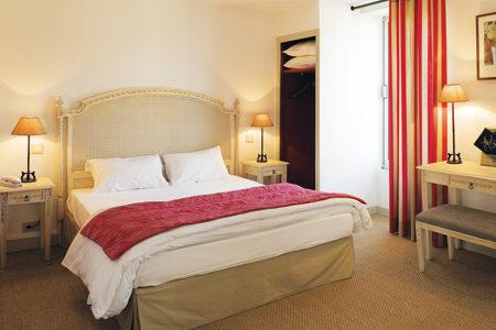 Chambre avec grand lit hotel-saint-martin séjour à vélo