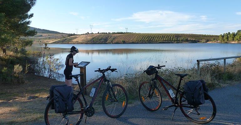 Cycliste et 2 vélos devant un lac
