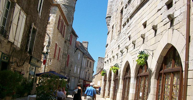 Rue de Martel maisons en pierre Balade à vélo périgourdine Abicyclette Voyages à vélo