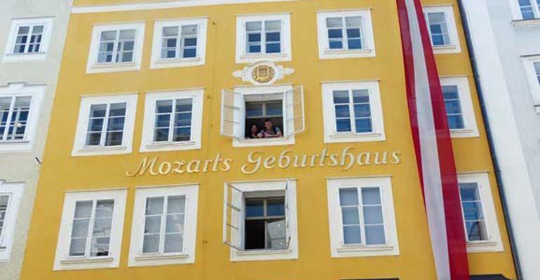 Façade de la maison de naissance de Mozart Salzbourg et le pays des lacs à vélo Abicyclette Voyages