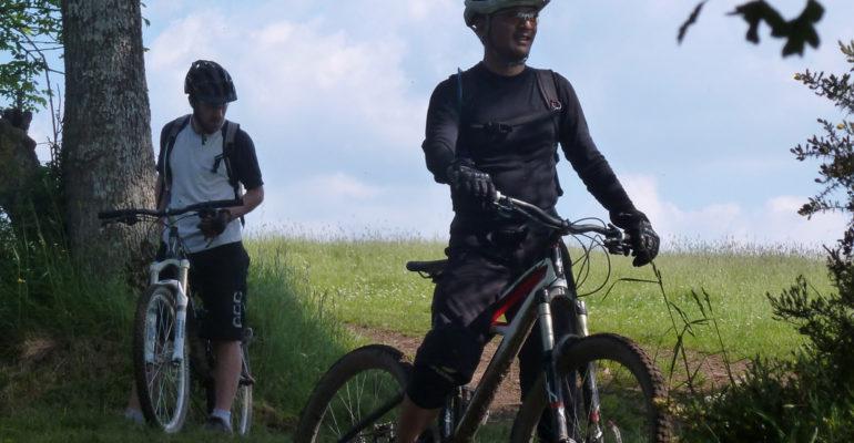 Hommes à VTT faisant une pause VTT en Suisse Normande Abicyclette Voyages à vélo