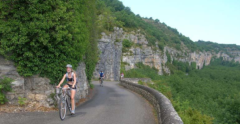 3 cyclistes dans une montée Abicyclette Perigord à véloVoyages à vélo