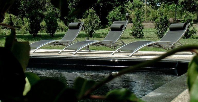 Transats au bord d'une piscine Abicyclette Voyages à vélo