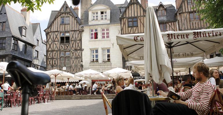 Maisons à colombage et Terrasses de café sur la Place Plumereau à Tours Loire à vélo Val de Loire : Patrimoine mondial Abicyclette Voyages à vélo