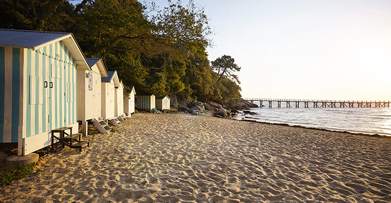 Cabanes sur une plage de l'île de Noirmoutier
