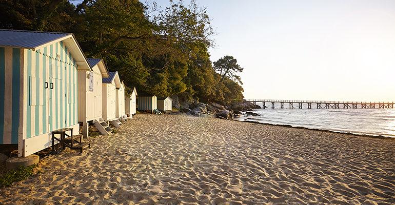 Cabanes sur une plage de Noirmoutier Les îles vendéennes à vélo