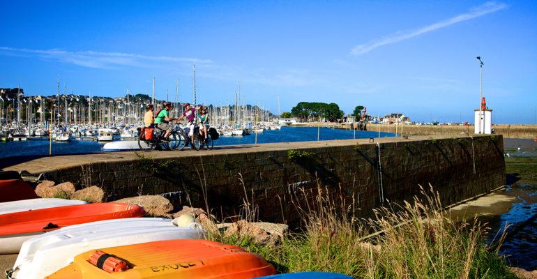 Cyclistes sur une jetée entre port et mer Le Tour de Manche à vélo Abicyclette Voyages