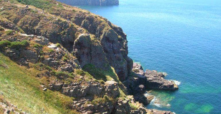 Falaises rocheuses sur le bord de mer Grande Traversée à vélo de la Bretagne nord Abicyclette Voyages