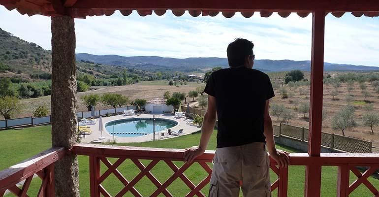 Homme contemplant le paysage depuis une terrasse vila flor La vallée du Douro