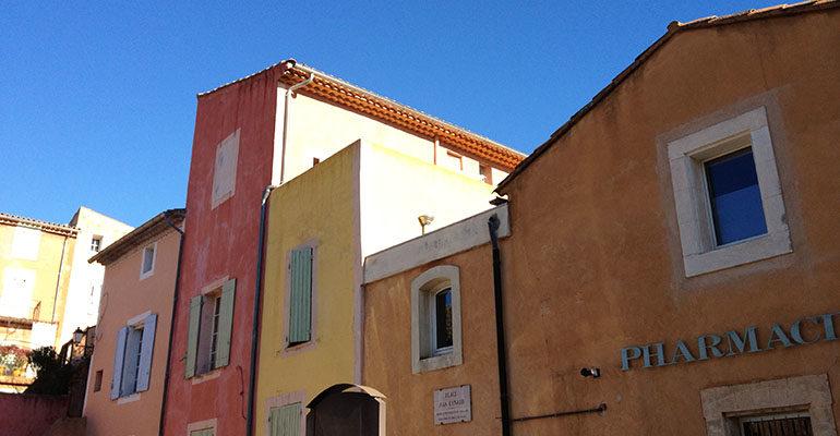 Maisons aux façades colorées Le petit tour du Luberon Abicyclette Voyages à vélo