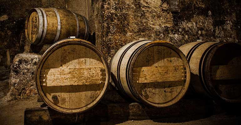 Barils de vin Chais de Saint Emilion Abicyclette Voyages à vélo