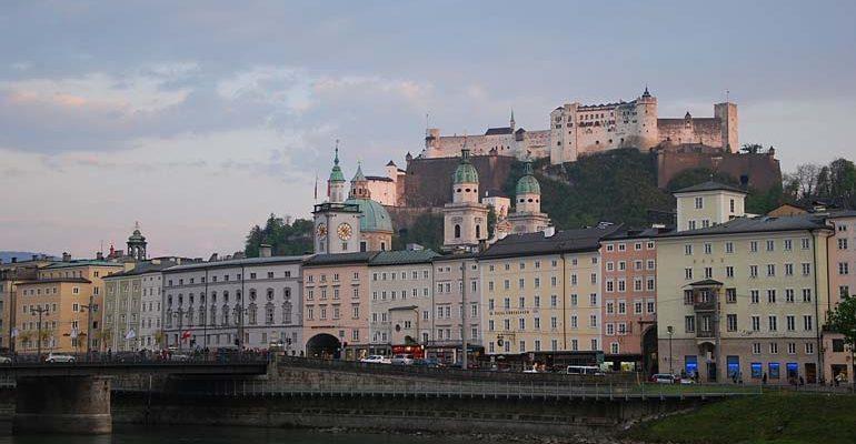 Vue de Salzbourg au coucher du soleil Salzbourg et le pays des lacs à vélo Abicyclette Voyages