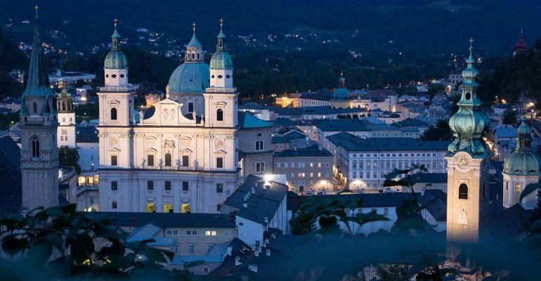 Clochers surplombant une ville Salzbourg et le pays des lacs à vélo Abicyclette Voyages