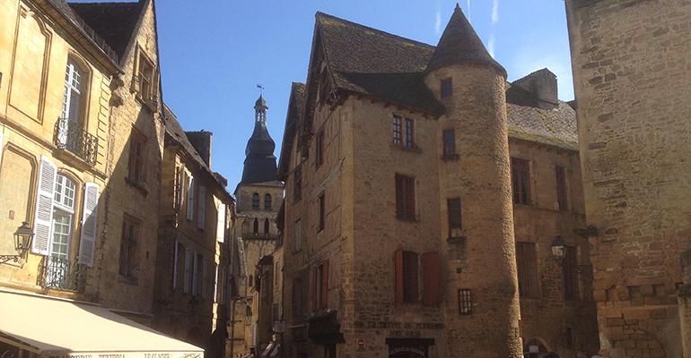 Vieilles maisons et église de Sarlat Balade à vélo périgourdine Abicyclette Voyages à vélo