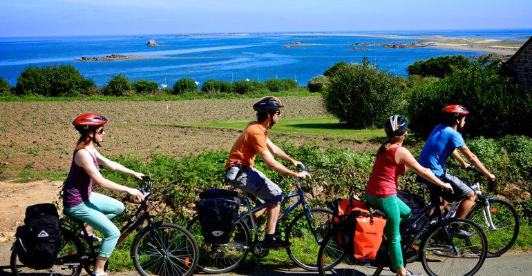 4 cyclistes sur une route surplombant la mer Le Tour de Manche - sportif Abicyclette Voyages à vélo