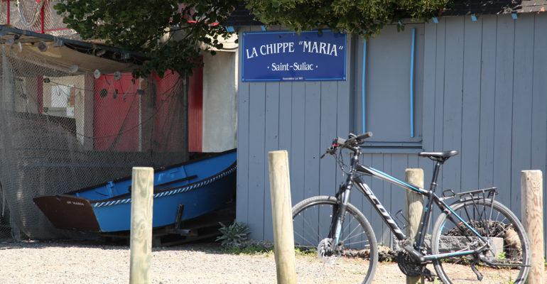 Vélo devant barque de pecheur Séjour à Saint-Malo à vélo