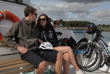 Couple et ses vélos sur un bateau Le Tour du Golfe du Morbihan Abicyclette Voyages à vélo
