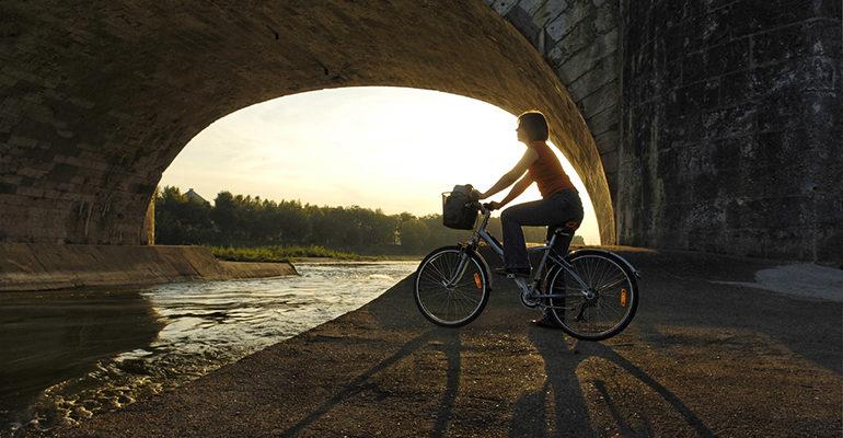 Cycliste sous le pont de pierre à Tours Loire à Vélo Abicyclette Voyages à vélo