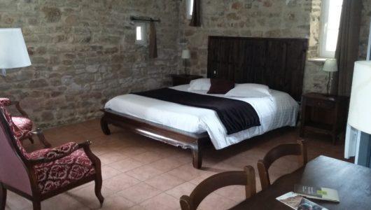 Chambre avec mur en pierres Hôtel logis la bastide à saint bach
