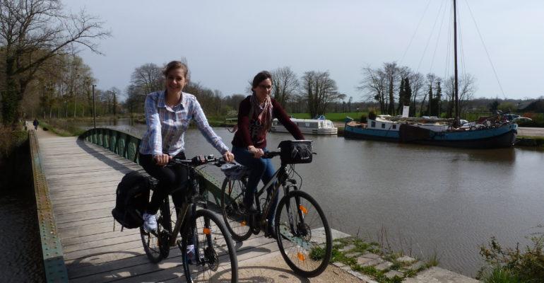2 femmes à vélo traversant un pont enjambant le Canal d'Ille et Rance Abicyclette Voyages à vélo